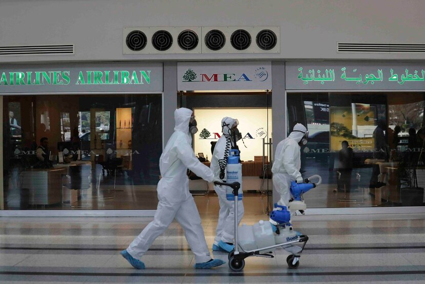 Personal desinfecta un terminal del Aeropuerto Internacional Rafik Hariri en Beirut. (AP)