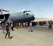 Captura de vídeo que muestra a cientos de ciudadanos afganos corriendo al lado de un avión de carga C-17 Globemaster III de la Fuerza Aérea de Estados Unidos.