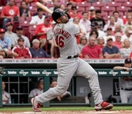 Paul Goldschmidt de los Cardenales de San Luis conecta un jonrón de dos carreras en el juego contra los Reds de Cincinnati.