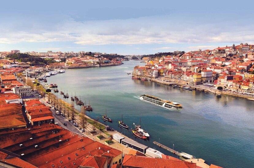 Cada vez son más las alternativas que tienen los viajeros que quieren disfrutar de una travesía por un río. En la foto, el Emerald Radiance, navegando por el río Douro en la ciudad de Oporto, en Portugal. (Suministrada)