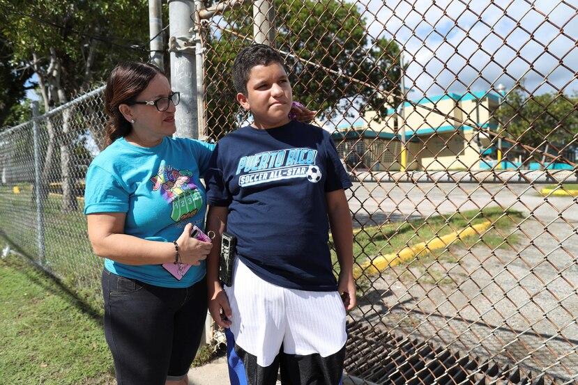 Ryan L. González, estudiante de séptimo grado, fue ayer con su mamá, Wanda Báez, a ver el que había sido hasta el martes su plantel. Como todos sus compañeros de clases, no sabe cuándo ni dónde volverá a estudiar.