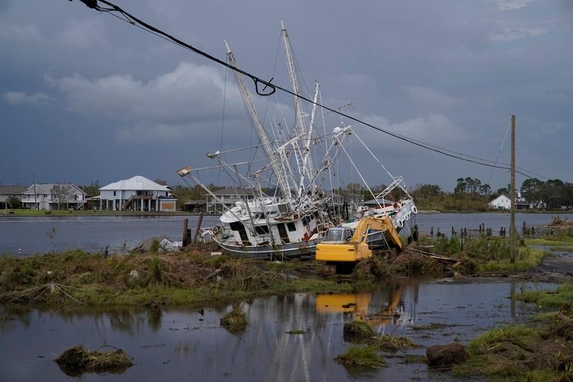 Un bote dañado por las inundaciones después del huracán Ida en Lafitte, Luisiana.