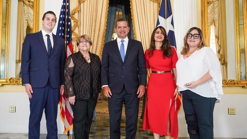 """En la foto, de izquierda a derecha, los cabilderos por la estadidad Roberto Lefranc, María """"Mayita"""" Meléndez, Elizabeth Torres y Melinda Romero. Al centro, el gobernador Pedro Pierluisi."""